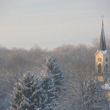 Kerkje Neerijnen in sneeuw en middagzon